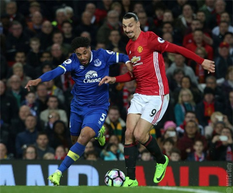 Hàng thủ Everton thi đấu rất chắc chắn, bắt chết ngòi nổ Ibrahimovic