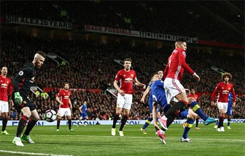 Chơi rình rập, Everton bất ngờ có bàn mở tỷ số do công của đội trưởng Jagielka