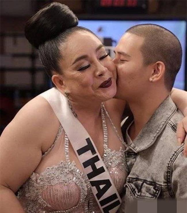 Lộ ảnh nóng với trai đẹp, chồng thứ 9 của nữ đại gia Thái Lan bị vợ ruồng bỏ không thương tiếc? - Ảnh 1.