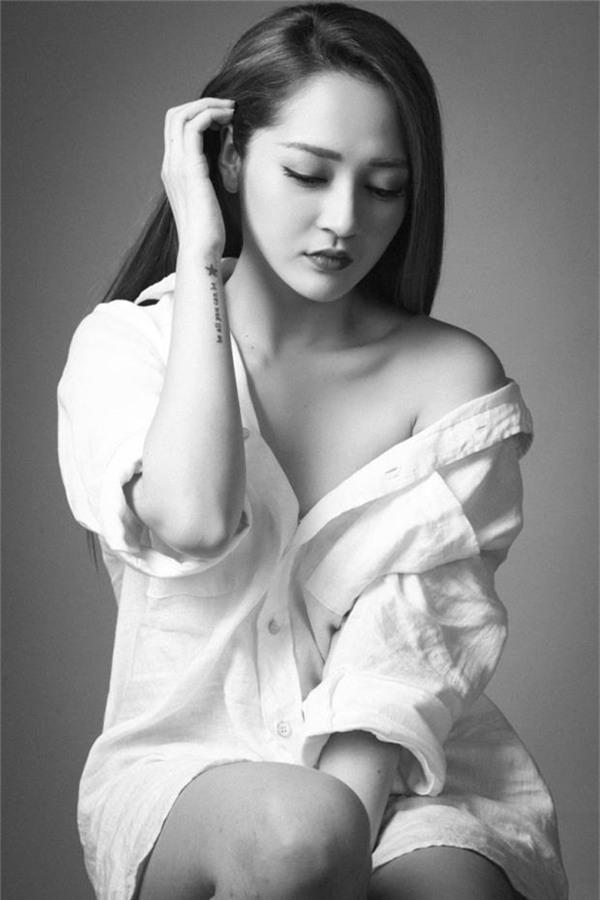 Trong 2 bộ ảnh thời trang đen trắng, nữ ca sĩ vẫn cuốn hút và nổi bật nhờ gương mặt sắc nét, độ hở vừa phải của trang phục.