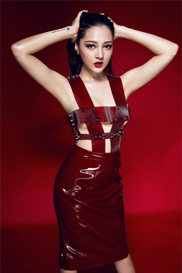 Chiếc váy đỏ táo bạo dường như chỉ che chắn được vòng 1 của nữ ca sĩ. Đây cũng được xem là một trong những trang phục táo bạo nhất của Bảo Anh từ trước đến nay.