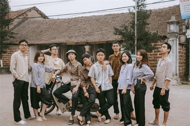Thời kỳ bao cấp không còn là thước phim xa lạ với nhiều người vì những mốc lịch sử đáng nhớ, các sự kiện đặc biệt đã được ghi dấu trong ống kính của nhiều nhiếp ảnh gia nước ngoài. Thế nhưng với tình yêu nhiếp ảnh, nhóm bạn trẻ này vẫn quyết tâm tái hiện tại khung cảnh chân thực của làng quê Việt Nam của một thời để nhớ.