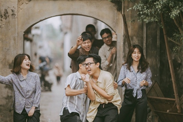 Là những người yêu nhiếp ảnh, chúng mình cũng muốn tái hiện lại được khung cảnh rất Việt Nam ấy, những chiếc quần phi bóng, những bờ tường đá ong, những hàng nước ven đường...vừa để trân trọng các giá trị Việt, vừa để mọi người nhìn lại sự phát triển của cuộc sống bây giờ so với thời ông bà mình ngày xưa, bạn Nguyễn Hà Trang, sinh viên Học viện Báo chí và Tuyên truyền, đại diện thành viên trong nhóm cho biết.