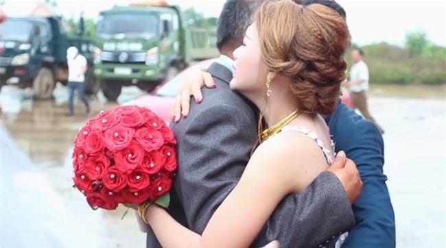 Cô dâu trong clip cha lau nước mắt tiễn con về nhà chồng: Cha và mẹ đã khóc suốt đoạn đường về - Ảnh 1.