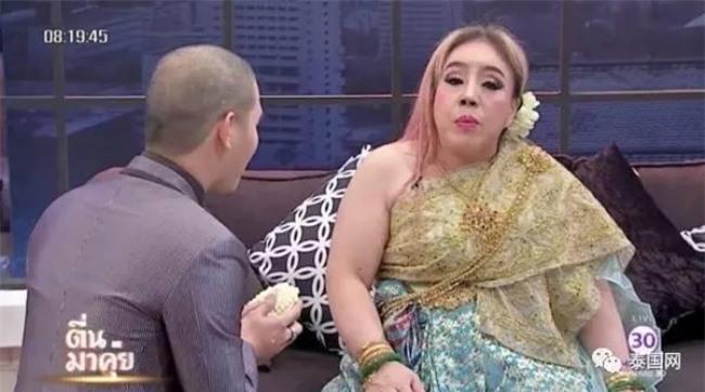 Nữ đại gia Thái Lan bị chồng thứ 9 tung tin đồn mắc bệnh AIDS, suýt đánh chồng cũ trên sóng truyền hình - Ảnh 2.
