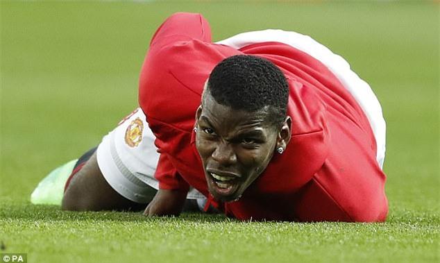 Pogba lăn lộn trên sân vì bị sút bóng trúng bộ ấm chén - Ảnh 2.