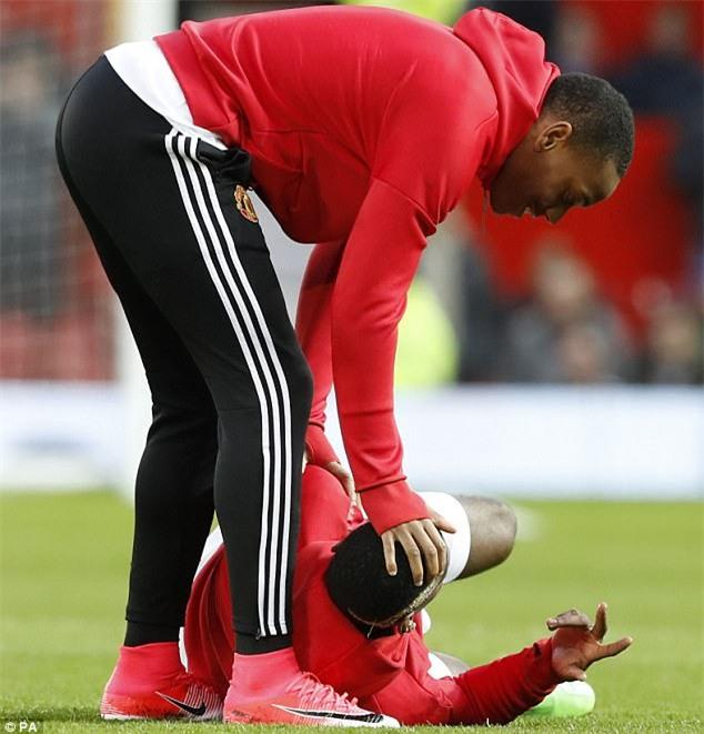 Pogba lăn lộn trên sân vì bị sút bóng trúng bộ ấm chén - Ảnh 3.