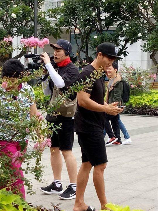 HOT: Kim Jong Kook bất ngờ có mặt tại phố đi bộ Nguyễn Huệ cùng mẹ - Ảnh 2.
