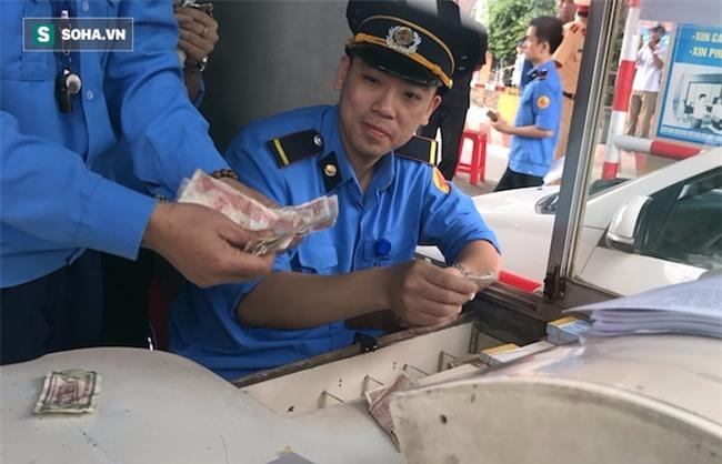 Nhân viên soát vé đếm tiền lẻ mỏi tay, Trạm thu phí Bến Thuỷ mở cổng không thu vé - Ảnh 11.