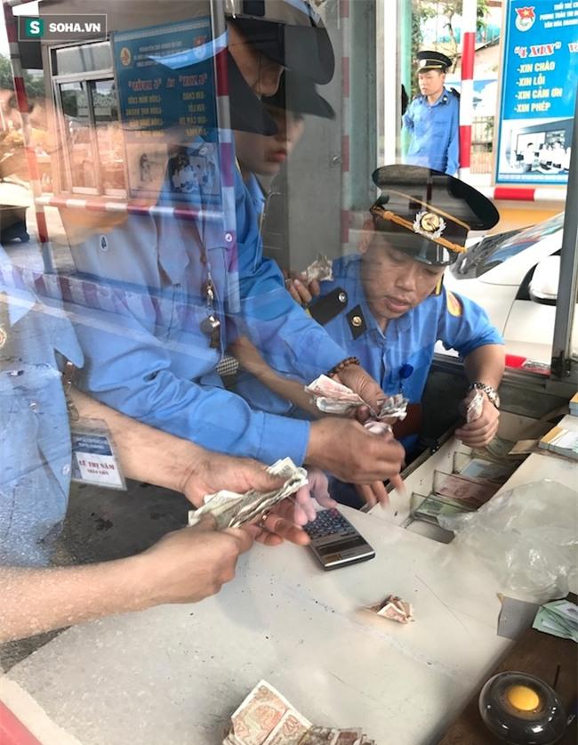 Nhân viên soát vé đếm tiền lẻ mỏi tay, Trạm thu phí Bến Thuỷ mở cổng không thu vé - Ảnh 10.