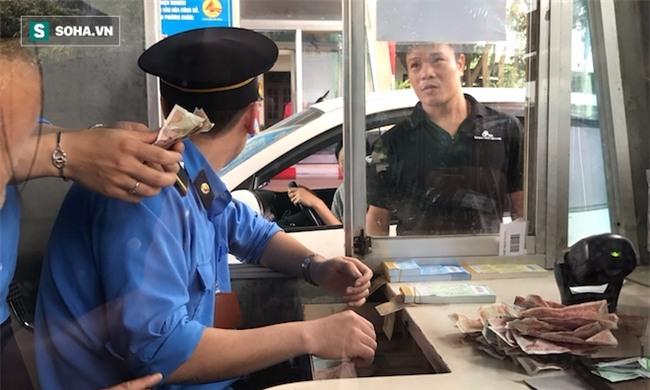 Nhân viên soát vé đếm tiền lẻ mỏi tay, Trạm thu phí Bến Thuỷ mở cổng không thu vé - Ảnh 12.