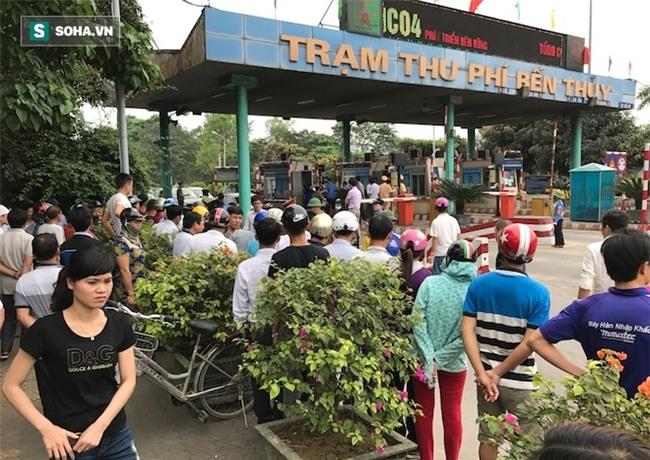 Nhân viên soát vé đếm tiền lẻ mỏi tay, Trạm thu phí Bến Thuỷ mở cổng không thu vé - Ảnh 2.