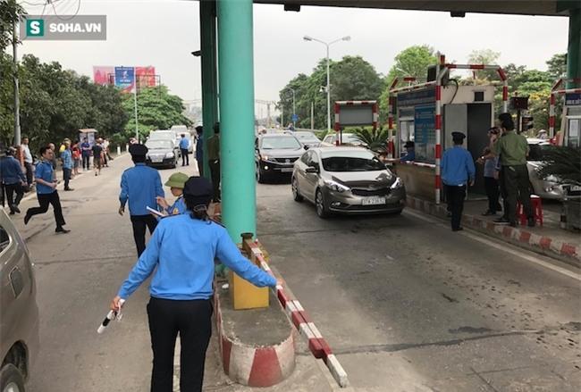 Nhân viên soát vé đếm tiền lẻ mỏi tay, Trạm thu phí Bến Thuỷ mở cổng không thu vé - Ảnh 8.