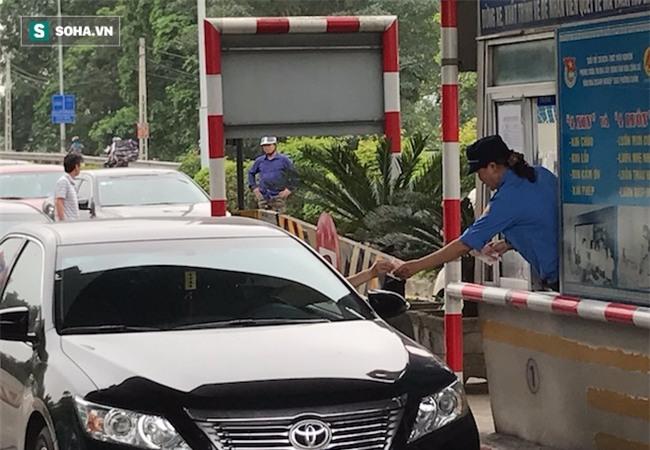 Nhân viên soát vé đếm tiền lẻ mỏi tay, Trạm thu phí Bến Thuỷ mở cổng không thu vé - Ảnh 9.
