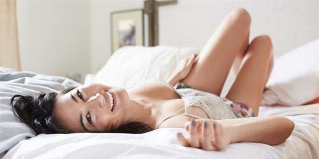 Tiết lộ 5 điều cực nhỏ nàng làm trên giường sẽ khiến chàng bùng cháy - Ảnh 1.