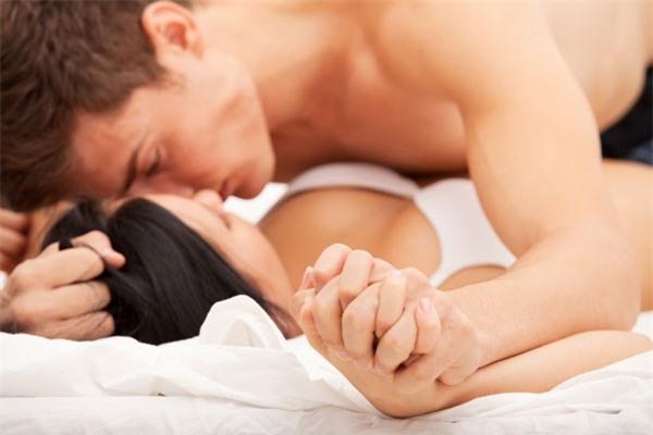 Tiết lộ 5 điều cực nhỏ nàng làm trên giường sẽ khiến chàng bùng cháy - Ảnh 2.