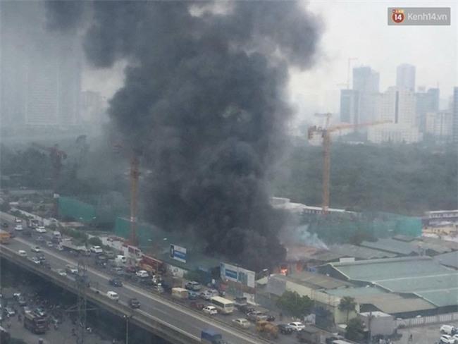 Cháy lớn nhà xưởng tại đường Phạm Hùng, khói bốc cao hàng trăm mét - Ảnh 1.