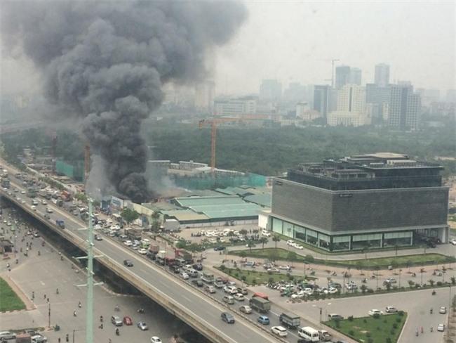 Cháy lớn nhà xưởng tại đường Phạm Hùng, khói bốc cao hàng trăm mét - Ảnh 2.