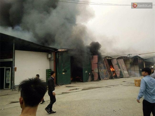 Cháy lớn nhà xưởng tại đường Phạm Hùng, khói bốc cao hàng trăm mét - Ảnh 3.