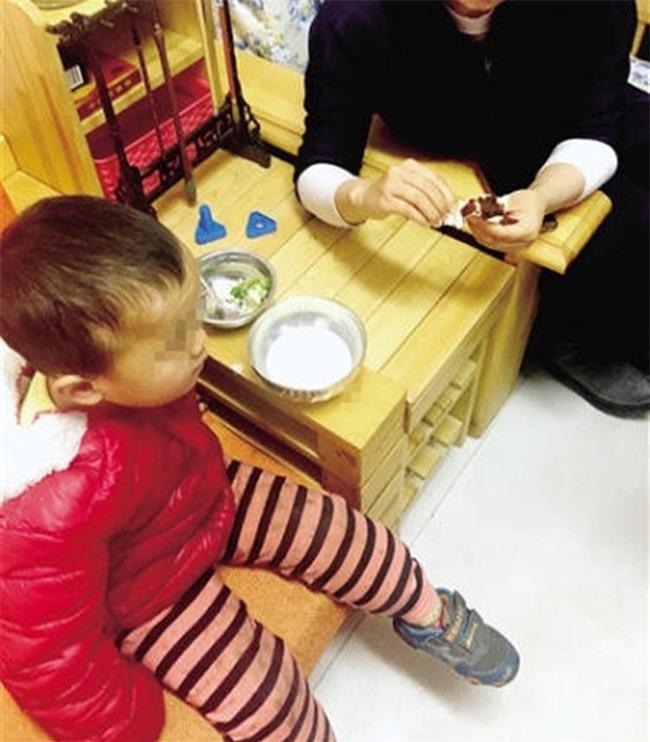 Lần đầu giúp vợ đưa con đến lớp mẫu giáo, ông bố bỉm sữa thả con nhầm trường mà không hề hay biết - Ảnh 1.