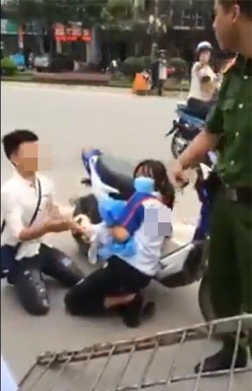 Thanh niên quỳ gối giữa đường xin Công an thả xe cho người yêu - Ảnh 2.