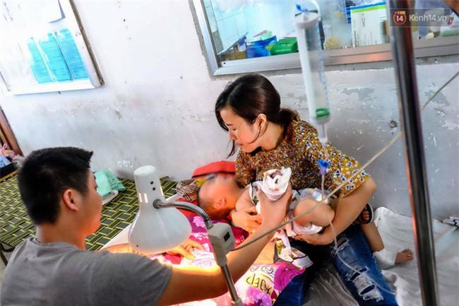 """Mẹ bé trai bị thang cuốn sân bay Tân Sơn Nhất kẹp đứt tay: """"Vụ việc xảy ra quá nhanh, tôi không kịp trở tay"""" - Ảnh 3."""