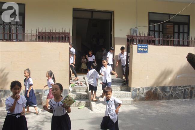Lớp học tình thương của 200 em nhỏ sáng đi học, chiều đi bắt ốc, bán vé số giữa Sài Gòn - Ảnh 1.