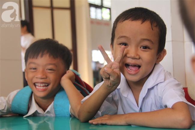 Lớp học tình thương của 200 em nhỏ sáng đi học, chiều đi bắt ốc, bán vé số giữa Sài Gòn - Ảnh 12.