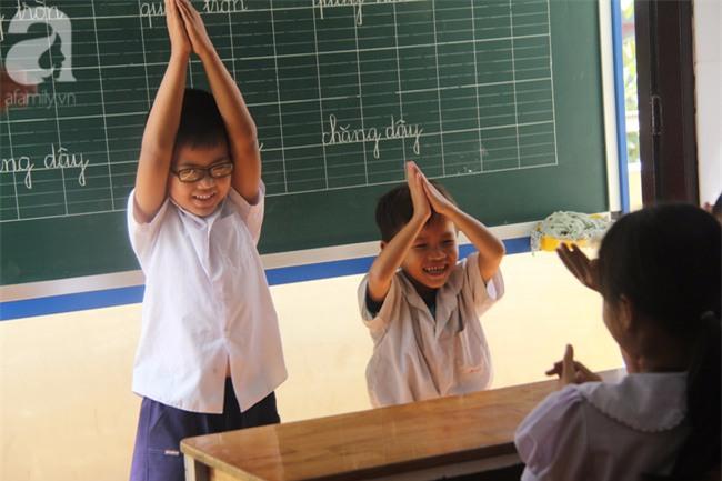 Lớp học tình thương của 200 em nhỏ sáng đi học, chiều đi bắt ốc, bán vé số giữa Sài Gòn - Ảnh 13.
