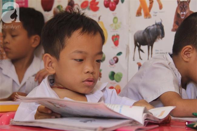 Lớp học tình thương của 200 em nhỏ sáng đi học, chiều đi bắt ốc, bán vé số giữa Sài Gòn - Ảnh 16.
