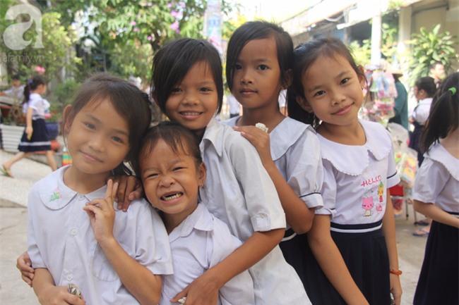 Lớp học tình thương của 200 em nhỏ sáng đi học, chiều đi bắt ốc, bán vé số giữa Sài Gòn - Ảnh 2.
