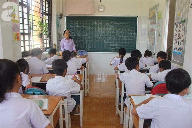 Lớp học tình thương của 200 em nhỏ sáng đi học, chiều đi bắt ốc, bán vé số giữa Sài Gòn - Ảnh 3.