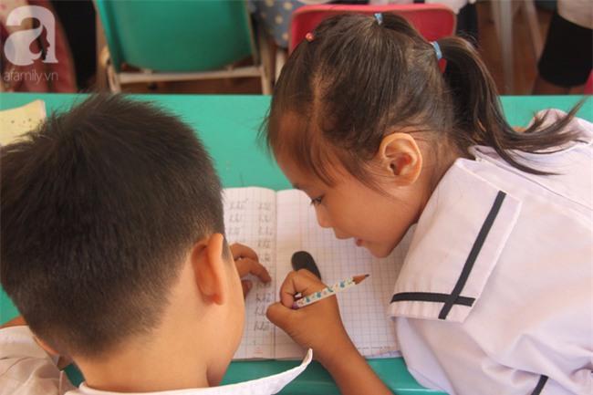 Lớp học tình thương của 200 em nhỏ sáng đi học, chiều đi bắt ốc, bán vé số giữa Sài Gòn - Ảnh 6.