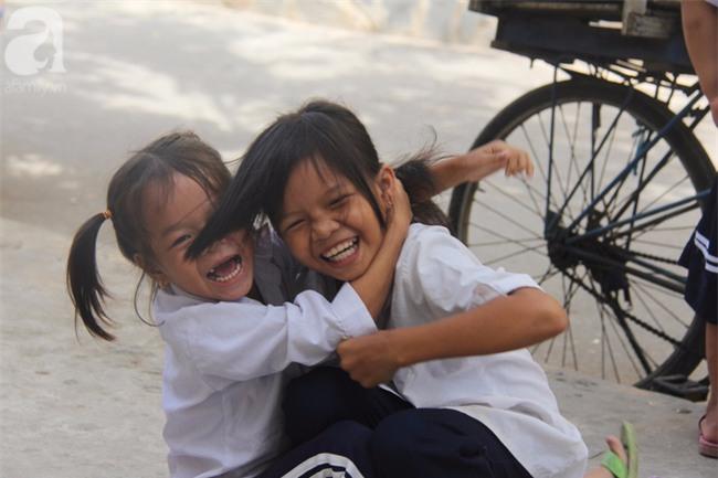 Lớp học tình thương của 200 em nhỏ sáng đi học, chiều đi bắt ốc, bán vé số giữa Sài Gòn - Ảnh 8.