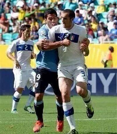 Suarez và Chiellini đối đầu trên đất Brazil