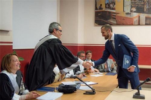 Giáo sư Paolo Biancone chúc mừng tân thạc sĩ Giorgio Chiellini