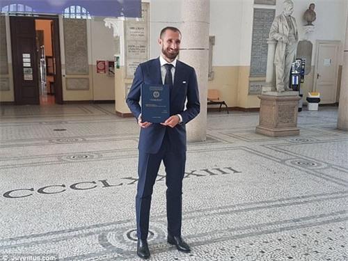 Chàng trung vệ 32 tuổi trước tiền sảnh Đại học Turin