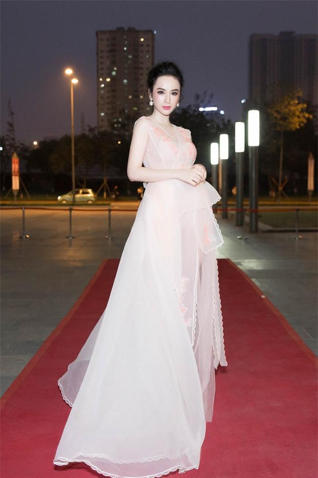Angela Phương Trinh diện váy trắng bồng bềnh, gợi cảm khoe lưng trần  - Ảnh 1.