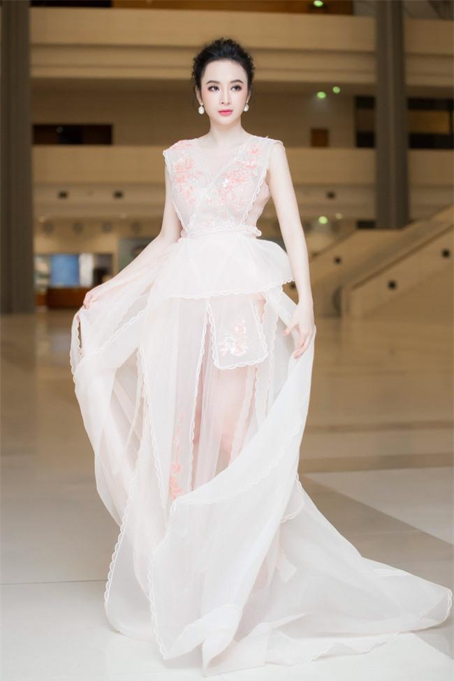 Angela Phương Trinh diện váy trắng bồng bềnh, gợi cảm khoe lưng trần  - Ảnh 2.