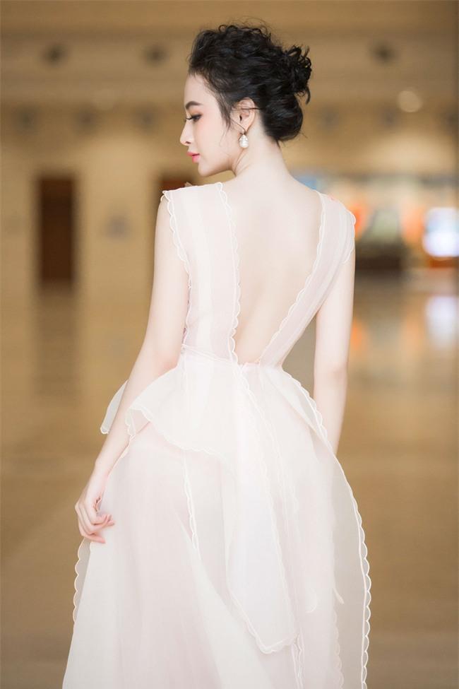 Angela Phương Trinh diện váy trắng bồng bềnh, gợi cảm khoe lưng trần  - Ảnh 4.