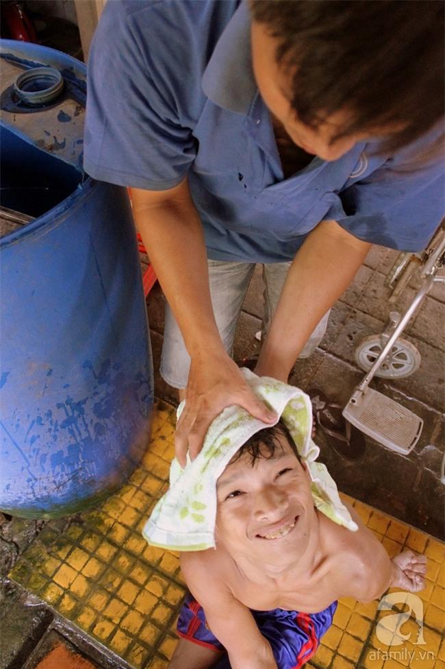 Người chồng trốn sinh con để có thời gian chăm sóc mẹ bệnh, cháu tật nguyền của vợ - Ảnh 10.