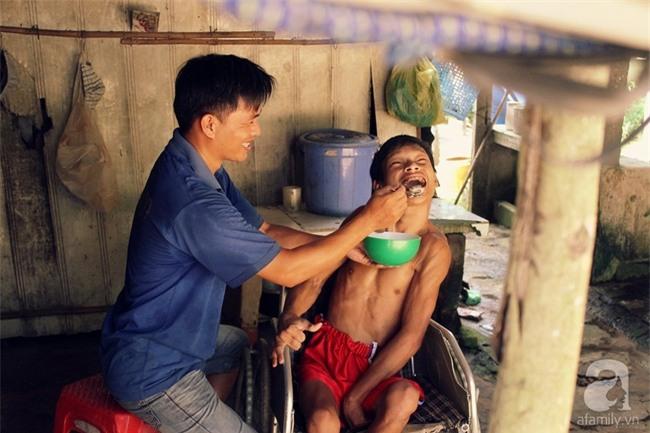 Người chồng trốn sinh con để có thời gian chăm sóc mẹ bệnh, cháu tật nguyền của vợ - Ảnh 7.