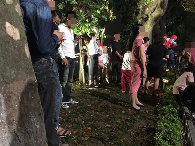 Hình ảnh phản cảm của các bạn trẻ trên phố đi bộ Hà Nội tối qua - Ảnh 1.