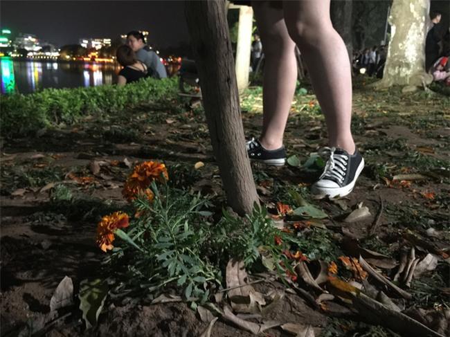 Hình ảnh phản cảm của các bạn trẻ trên phố đi bộ Hà Nội tối qua - Ảnh 2.