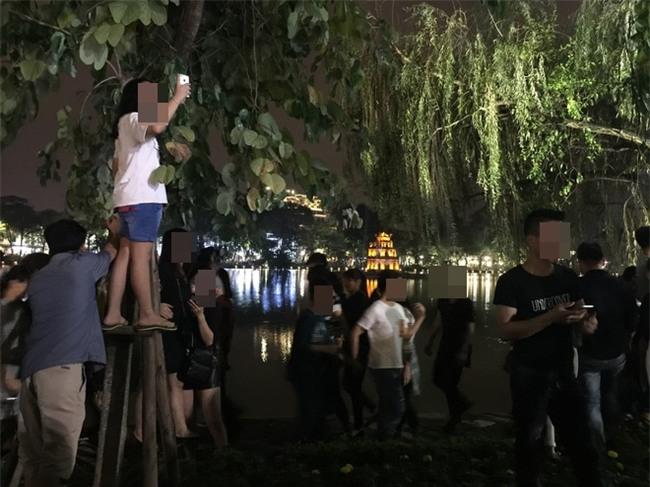 Hình ảnh phản cảm của các bạn trẻ trên phố đi bộ Hà Nội tối qua - Ảnh 4.