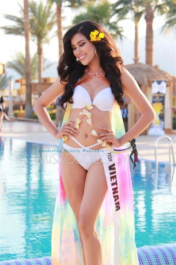 Theo chia sẻ, người đẹp 9X chọn diện bộ bikini màu trắng kết hợp áo khoác bên ngoài được cắt từ chiếc đầm màu sắc 200.000 đồng mà Nguyễn Thị Thành mang sang Ai Cập. Những bước catwalk của cô được nhận xét tràn đầy năng lượng, khỏe khoắn và gợi cảm.