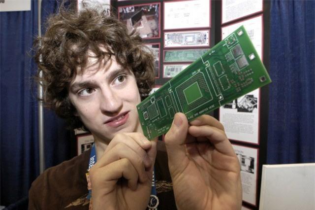 Đây là người đầu tiên hack iPhone và cái kết không thể bất ngờ hơn - Ảnh 1.