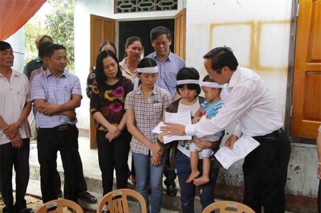 Ông Đặng Ngọc Sơn, Phó Chủ tịch UBND tỉnh Hà Tĩnh đã đến thăm hỏi, động viên và gửi Thư Khen và quà của Chủ tịch nước cho em Nguyễn Thị Sáng