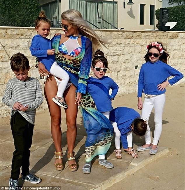 Đẹp quá cũng là cái tội: Mẹ 5 con bị nghi ngờ giả mang bầu vì có thân hình quá nuột - Ảnh 1.