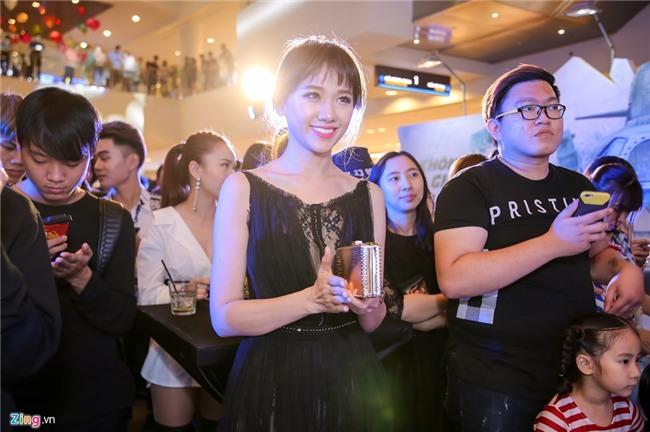 Dinh Tien Dat tranh mat Hari Won o su kien ra mat phim hinh anh 4